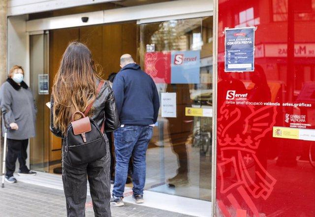 Diverses persones amb cita prèvia esperen per a entrar en una oficina del SEPE (antic INEM), a València, Comunitat Valenciana (Espanya), a 12 de febrer de 2021.