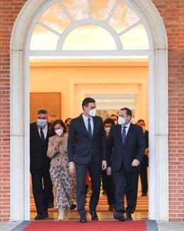 El presidente del Gobierno, Pedro Sánchez (i), conversa con el ministro de Transportes, Movilidad y Agenda Urbana, José Luis Ábalos, a su salida del edificio del Consejo de Ministros en el Complejo de Moncloa, en Madrid (España), a 2 de febrero de 2021.