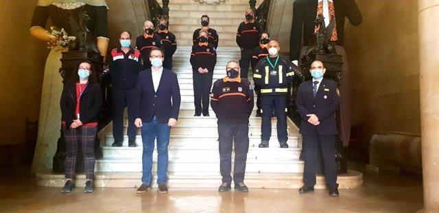 El alcalde de Palma, Jose Hila, acompañado de la regidora de Seguridad Ciudadana, Joana Adrover, saludan a la nueva cúpula de Protección Civil