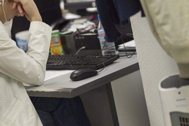 Archivo - Un trabajador en una oficina