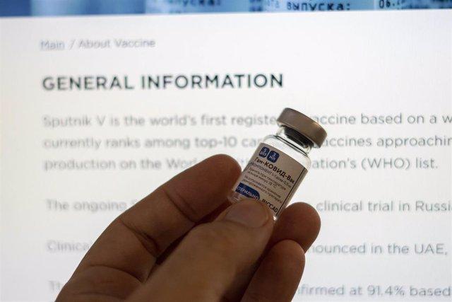 Un profesional sanitario argentino sostiene un vial de la vacuna rusa contra la COVID-19 Sputnik V.