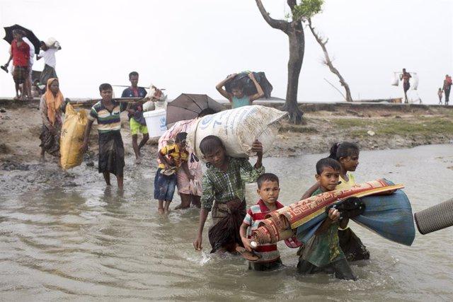 Archivo - Refugiados rohingyas cruzan hacia Bangladesh huyendo de la represión en el estado birmano de Rajine en 2017