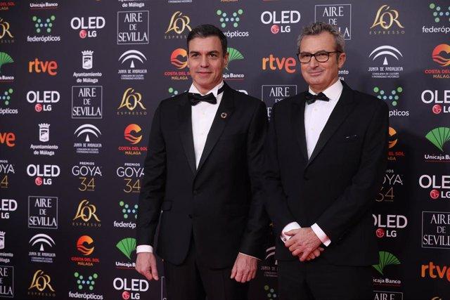 Archivo - El presidente de la Academia del Cine, Mariano Barroso (d), junto al presidente del Gobierno de España, Pedro Sáchez (i) en la pasada edición de los Premios Goya