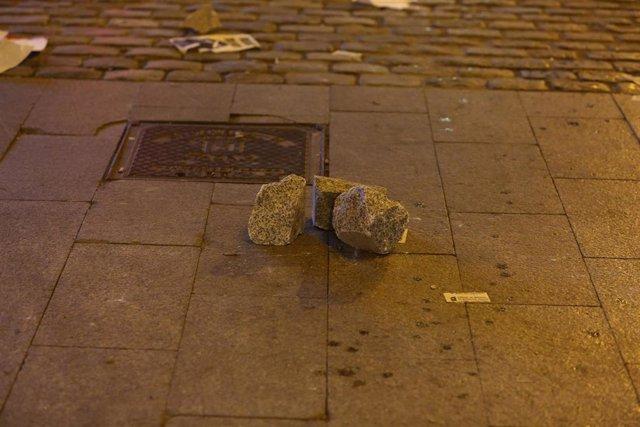 Trozos de adoquines utilizados durante una manifestación contra el encarcelamiento del rapero Pablo Hasel, en la Puerta del Sol.