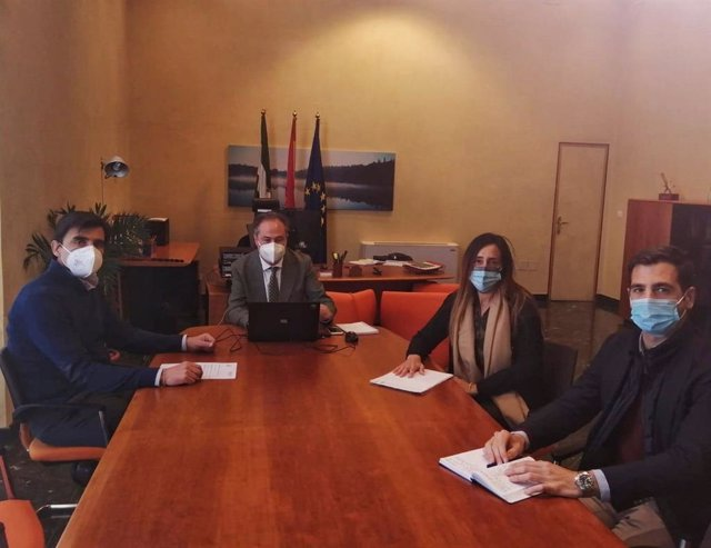 El delegado territorial de Turismo de la Junta de Andalucía en Córdoba, Ángel Pimentel (centro), en el encuentro con Aehcor.