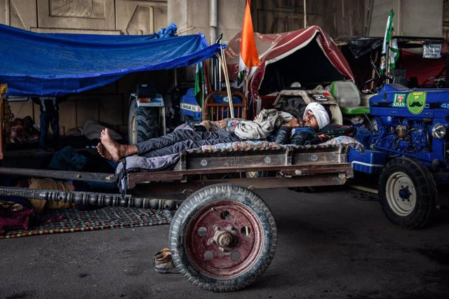 Un manifestante indio descansa durante las protestas.