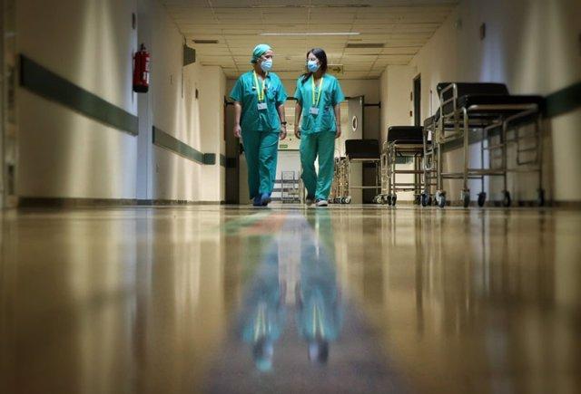 Archivo - Sanitarias con medidas por el Covid en el Hospital Reina Sofía de Córdoba, en una imagen de archivo.