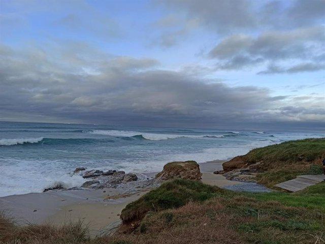 Olas en la playa de Razo, en Carballo (A Coruña)