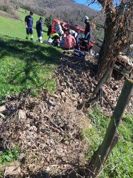 Asistencia al herido en el accidente en Bárago (Vega de Liébana)