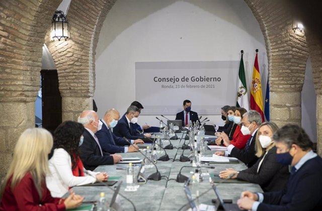 El presidente de la Junta de Andalucía, Juanma Moreno (c), junto a los consejeros, durante la reunión semanal del Consejo de Gobierno de la Junta de Andalucía, celebrada hoy en el municipio de Ronda. En Málaga (Andalucía, España), a 23 de febrero de 2021.