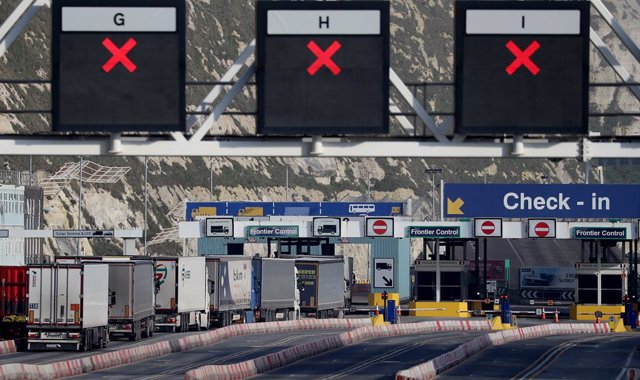Archivo - 08 January 2021, England, Dover: Lorries arrive at the Port of Dover in Kent one week on from the introduction of post-Brexit regulations. Photo: Gareth Fuller/PA Wire/dpa