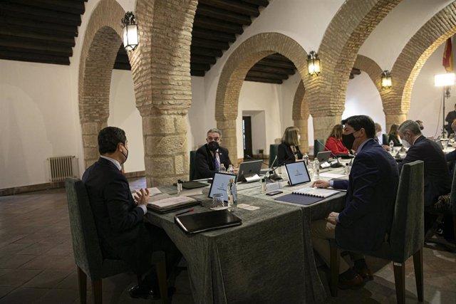 El presidente de la Junta de Andalucía, Juanma Moreno (i), junto a los consejeros, durante la reunión semanal del Consejo de Gobierno de la Junta de Andalucía, celebrada hoy en el municipio de Ronda. En Málaga (Andalucía, España), a 23 de febrero de 2021.