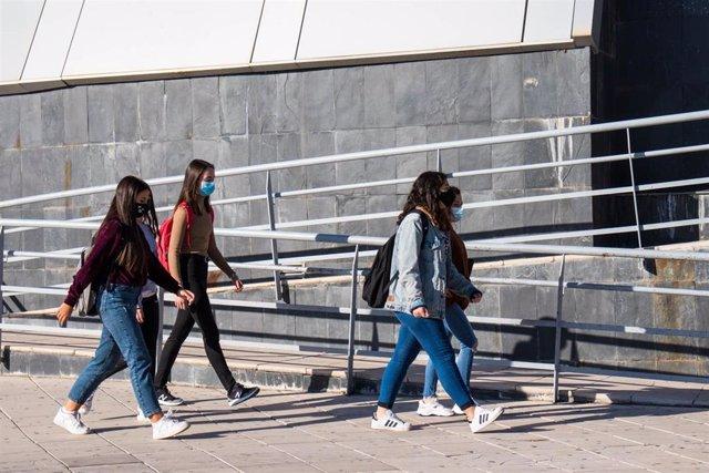Archivo - Estudiantes de la UJA en el campus de Las Lagunillas