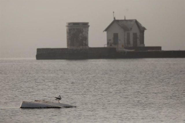 Imgen de un barco semihundido en el Mar Menor