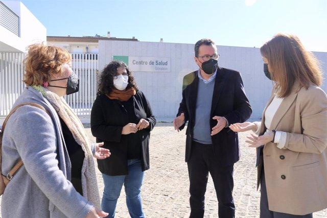 El presidente del PP de Huelva, Manuel Andrés González, en el centro de salud de Gibraleón (Huelva).