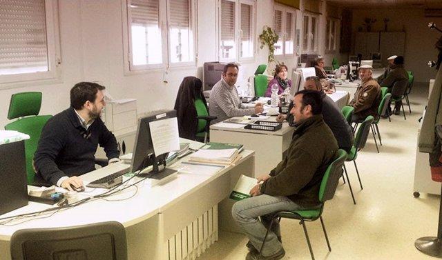 Archivo - Agricultores atendidos por funcionarios en una oficina comarcal agraria (OCA)