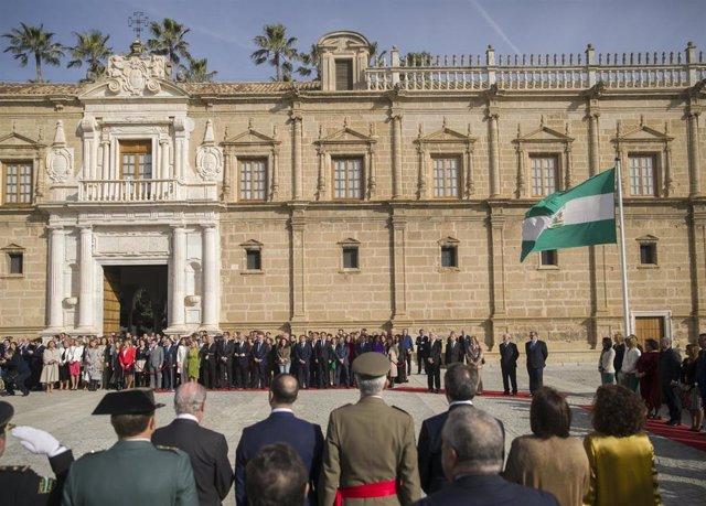 Archivo - Izada de la bandera de Andalucía ante la fachada principal con motivo del Día de Andalucía. En el Parlamento de Andalucía, Sevilla (Andalucía, España) a 28 de febrero de 2020.