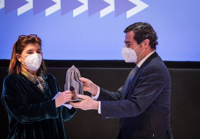 La presidenta del Grupo Faustino, Carmen Martínez Zabala, recibe un premio por su trayectoria