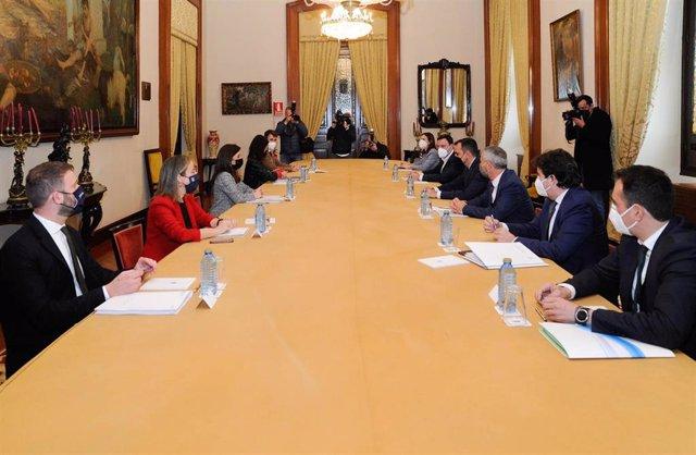 Reunión de representantes de las administraciones central, autonómica y local sobre la deuda del puerto de A Coruña y el futuro de la fachada marítima en un encuentro convocado por el gobierno local coruñés