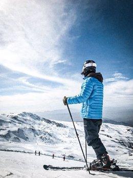 Esquiador en la estación de esquí de Sierra Nevada en una imagen de archivo