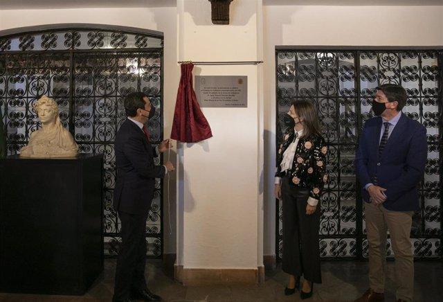 El presidente de la Junta de Andalucía, Juanma Moreno (i), junto a la alcaldesa de Ronda, María de La Paz Fernández (c), y el vicepresidente de la Junta de Andalucía, Juan Marín (d), tras el Consejo de Gobierno  celebrado hoy en Ronda.