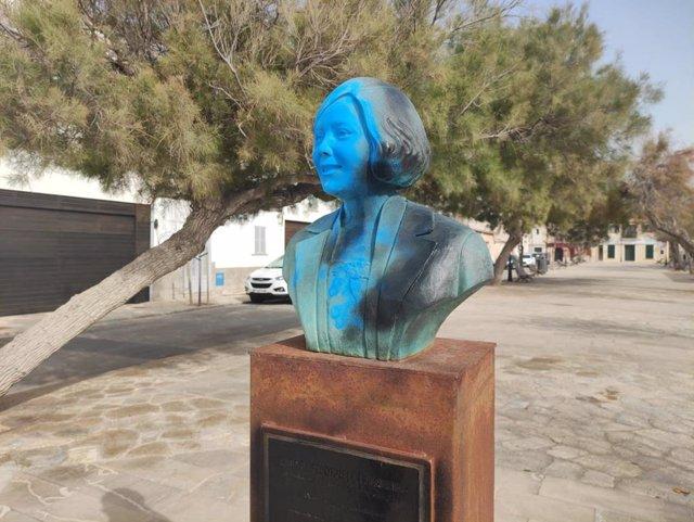 El busto de Aurora Picornell con pintadas.