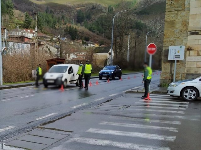 Archivo - Controles de la Guardia Civil en Cangas del Narcea, el día que entra en vigor el cierre perimetral del municipio por alta incidencia del coronavirus.