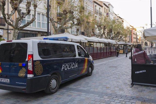 Archivo - La Policía Nacional patrulla junto a una terraza a las 17. 00 horas el día de la entrada en vigor de nuevas restricciones impuestas por el gobierno de la Rioja, en Logroño, la Rioja, (España),