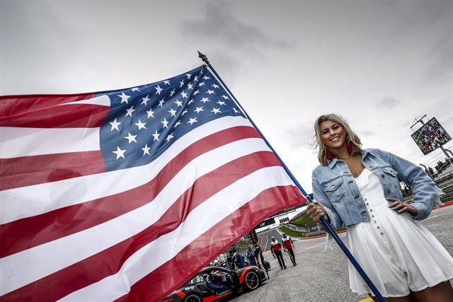 Archivo - Girl ambiance flag, drapeau during the Lone Star Le Mans 2020, 6 Hours of Circuit of The Americas, fifth round of the 2020 FIA World Endurance Championship season from February 21 to 23 at Austin, USA - Photo Clément Marin / DPPI