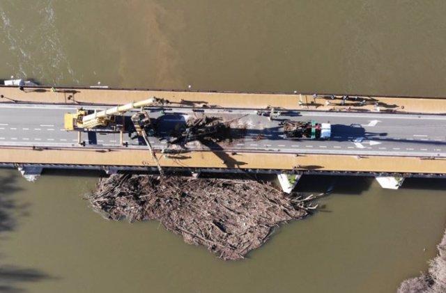 Imagen aérea de los trabajos de retirada de troncos del puente Mayor, tomada por un dron de la Policía Municipal.