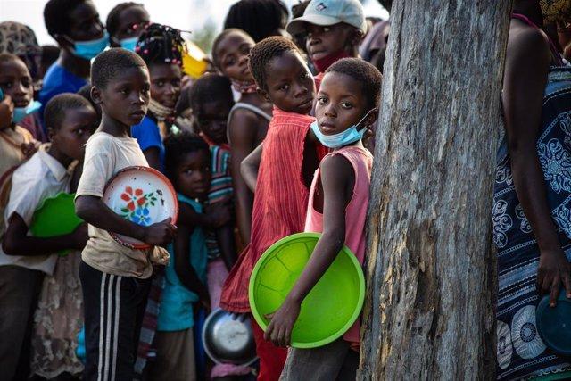 Niños esperan a recibir comida tras el paso del ciclón Eloise por el centro de Mozambique.