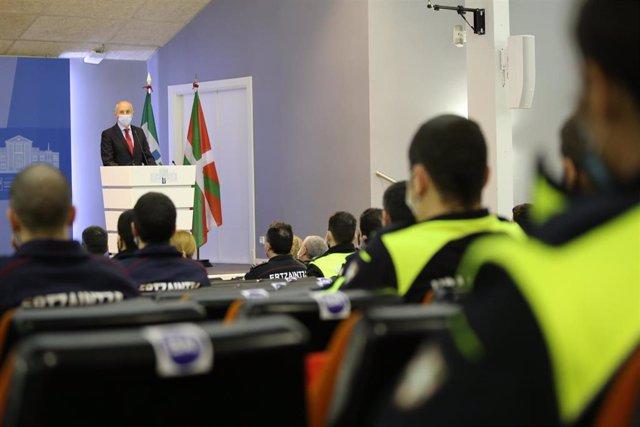 El consejero de Seguridad, Josu Erkoreka, interviene en la nauguración del primer curso de formación conjunta de Ertzaintza y Policía Local de Euskadi, en Arkaute.