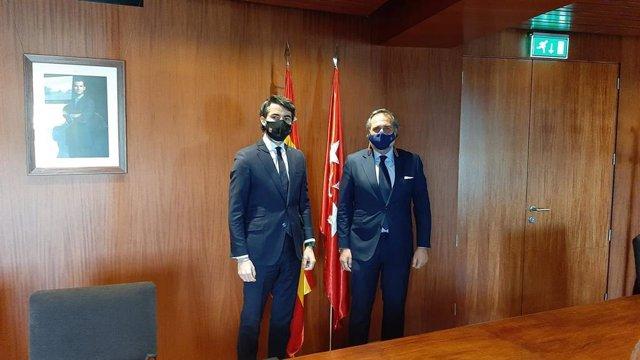 La Cámara de Comercio de Madrid, Ángel Asensio, y el viceconsejero de Economía, Empleo y Competitividad del Gobierno regional, Rodrigo Tilve, firman un convenio.