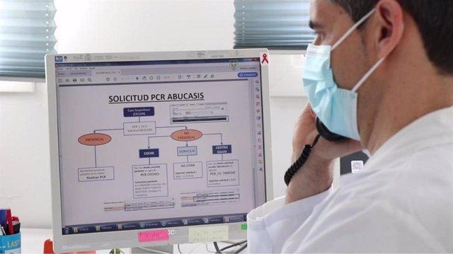"""Archivo - Un """"rastreador"""" de Covida 19 contratado por Sanidad"""