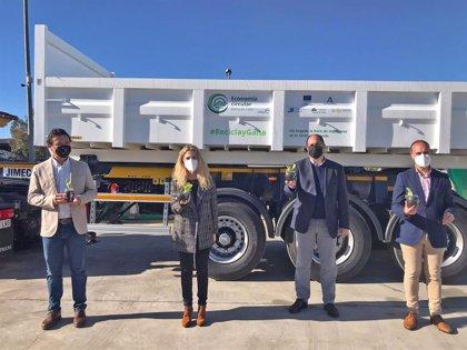 La Junta cede a la Mancomunidad de la Sierra de Cádiz un camión y 20 contenedores para recogida de escombros