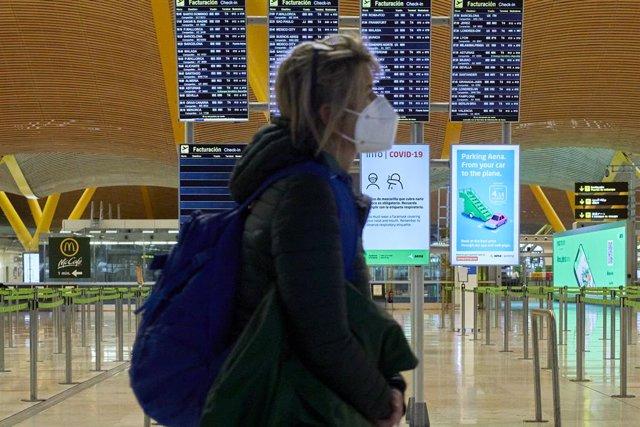 Una mujer camina por la terminal T4 del Aeropuerto Adolfo Suárez Madrid-Barajas el mismo día en que se restringen los vuelos procedentes de Brasil y Sudáfrica, en Madrid, (España), a 3 de febrero de 2021. Esta restricción, impuesta por el Gobierno de Espa