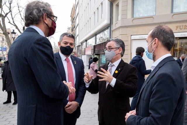 El conseller d'Empresa i Coneixement, Ramon Tremosa, i el conseller d'Interior, Miquel Sàmper, en una visita a les botigues afectades pels aldarulls durant les protestes per l'empresonament de Pablo Hasél.