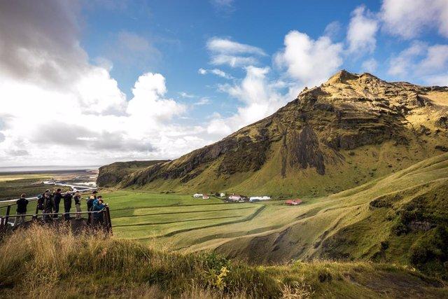 Archivo - Los turistas visitan el acantilado Skofagos en Islandia.