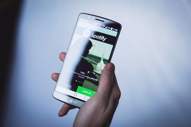 Archivo - Spotify en el móvil