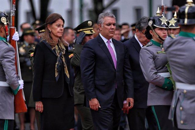 Archivo - 17 January 2020, Colombia, Bogota: Colombian President Ivan Duque (C) and Vice President Marta Lucia Ramirez (L) participate in a tribute to the victims of the attack on the General Santander Police Cadet School a year ago. The attack, in which