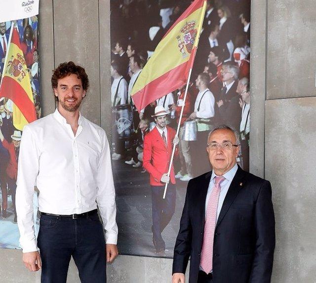 El presidente del COE, Alejandro Blanco, junto al internacional de baloncesto Pau Gasol en la sede de dicho organismo en Madrid.