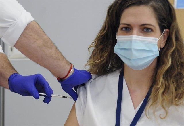 Una doctora recibiendo la vacuna de Covid-19 (Archivo)