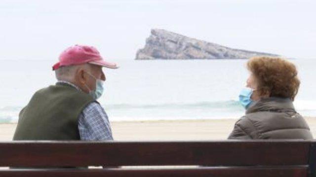 Dos personas en la localidad alicantina de Benidorm a 23 de febrero de 2021