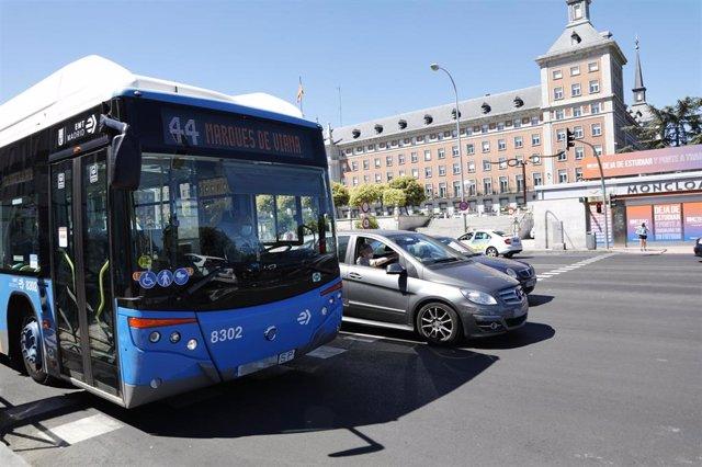 Archivo - Un autobús urbano de la EMT circula por las inmediaciones del intercambiador de Moncloa
