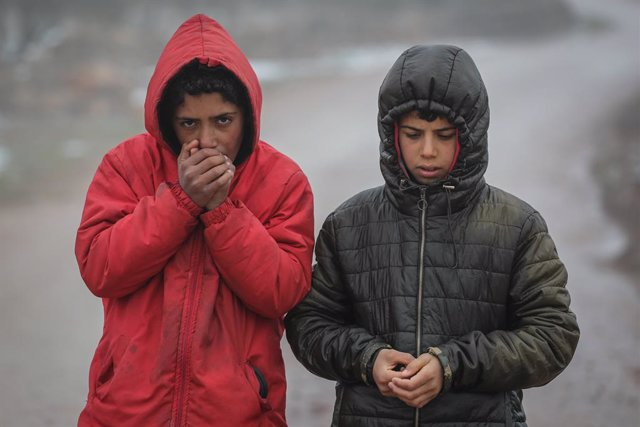 Archivo - 20 January 2021, Syria, Barisha: Syrian children warm up their hands during cold weather conditions at a camp for internally displaced people, near the village of Barisha. The refugee camps in the north of Idlib governorate are under threat of e