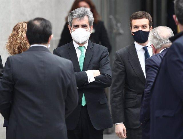 El presidente del CGPJ, Carlos Lesmes, y el líder del PP, Pablo Casado, al finalizar el acto con motivo del 40 aniversario del 23 de febrero de 1981 celebrado en el Congreso de los Diputados, en Madrid, (España), a 23 de febrero de 2021.
