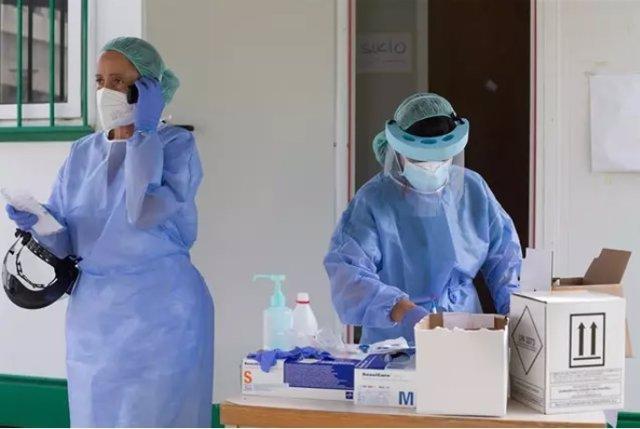 Dos sanitarias preparan PCR