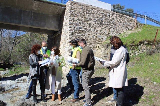 La presidenta de la Diputación de Huelva, María Eugenia Limón, en la visita a uno de los puentes.