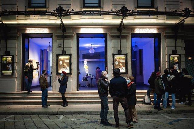 Un grupo de personas en la puerta del Teatro Filodramático