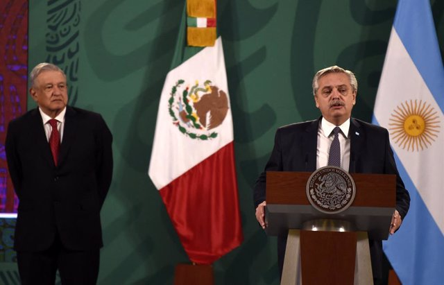 23 February 2021, Mexico, Mexico City: Mexican President Andres Manuel Lopez Obrador (L) and Argentinian President Alberto Fernandez attend a joint press conference. Photo: ---/telam/dpa